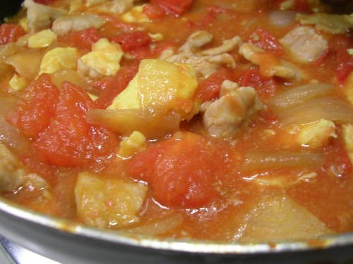 Tomato, eggs and onions, with pork
