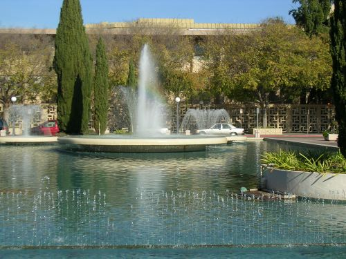 fountain pool in front of Stanford University Hospital